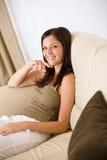 Junge Frau entspannen sich im Aufenthaltsraum stockfotos