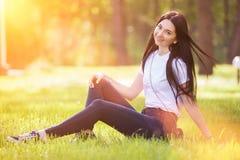 Junge Frau entspannen sich im Park auf grünem Gras Abstrakte natürliche Hintergründe für Ihre Auslegung stockfoto