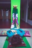 Junge Frau in entspannender Haltung des Yoga mit den Beinen herauf die Wand Lizenzfreies Stockbild