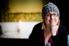 Junge Frau entspannt und Lächeln lizenzfreie stockfotos