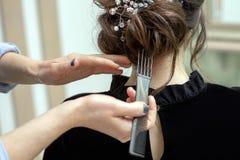 Junge Frau erh?lt einen Haarschnitt an einem Salon stockbild