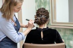 Junge Frau erh?lt einen Haarschnitt an einem Salon lizenzfreies stockfoto