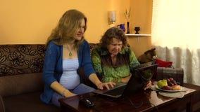 Junge Frau erklären neugierig Großmutter wie Gebrauchscomputer stock video footage