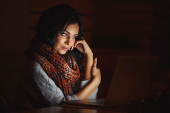 Junge Frau ermüdet, den Schirm betrachtend lizenzfreies stockfoto
