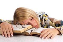 Junge Frau ermüdete vom Studieren Lizenzfreie Stockfotos
