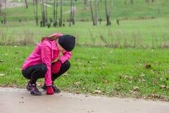Junge Frau erschöpft nachdem dem Laufen stockfotografie