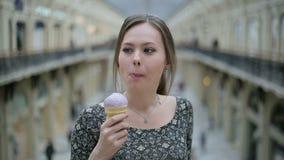 Junge Frau essen Eiscreme stock video