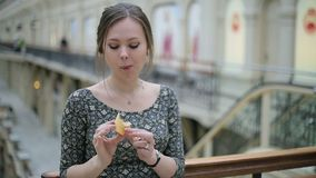 Junge Frau essen Eiscreme stock footage