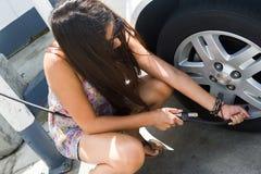 Frau, die Reifen aufbläst lizenzfreie stockfotos