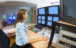 Junge Frau Fernsehdirektor am Herausgeber Lizenzfreies Stockfoto
