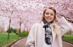 Junge Frau am Frühlingsblütenpark Lizenzfreies Stockbild