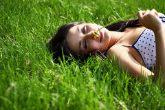 Junge Frau am Frühlingspark Lizenzfreie Stockfotos