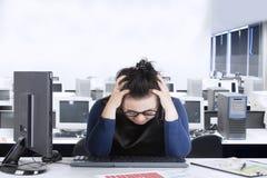 Junge Frau frustriert mit Finanzdiagramm lizenzfreies stockfoto