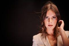 Junge Frau gegen dunklen Hintergrund lizenzfreie stockfotos