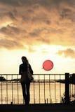 Junge Frau gegen Wolken Lizenzfreies Stockfoto