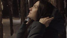 Junge Frau geht durch Wald auf dem Winter draußen glättend stock video footage