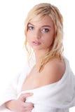 Junge Frau gekleidet im weißen Bademantel Lizenzfreie Stockfotografie