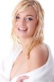 Junge Frau gekleidet im weißen Bademantel Lizenzfreies Stockbild