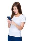 Junge Frau gelesen auf Smartphone lizenzfreies stockfoto