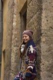 Junge Frau genießt das Leben in einer historischen Stadt Stockbild
