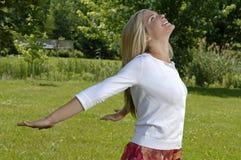 Junge Frau genießt Natur Stockfotos