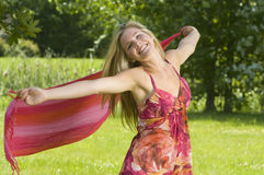 Junge Frau genießt Natur lizenzfreie stockfotos