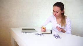 Junge Frau - Geschäftsmann verteilt Finanzierung stock footage