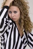 Junge Frau in gestreiftem Hemd des Referenten Stockbild