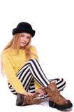 Junge Frau in gestreiften Hosen und im schwarzen Hut Stockfotos