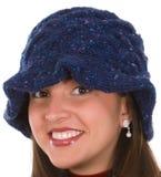 Junge Frau in gestricktem Hut Stockfotos