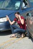 Junge Frau gestört nach Auto-Zusammenstoß Lizenzfreies Stockfoto