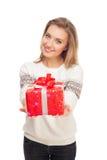 Junge Frau gibt Geschenk roten Kasten mit Bogen Lizenzfreies Stockfoto
