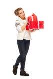 Junge Frau gibt Geschenk roten Kasten mit Bogen Lizenzfreies Stockbild