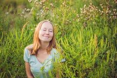 Junge Frau glücklich, weil sich nicht mehr zum Ragweed allergisch fühlt lizenzfreie stockbilder