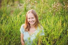 Junge Frau glücklich, weil sich nicht mehr zum Ragweed allergisch fühlt lizenzfreies stockfoto
