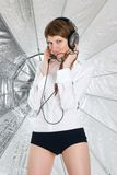 Junge Frau in große Kopfhörer Stockbild