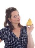 Junge Frau hält eine Birne an; getrennt Lizenzfreie Stockfotos