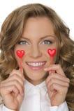 Junge Frau hält Herzen unter den Augen Stockfotos