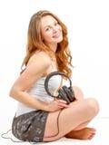 Junge Frau hört froh auf Audio Lizenzfreies Stockbild