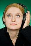 Junge Frau hört Musik. Stockfotos
