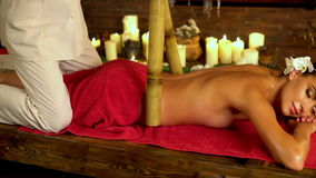 Junge Frau haben Bambuskörperstock-Therapiemassage 4K stock footage