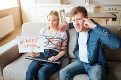 Junge Frau haben Social Media-Sucht E K?rper eingewickelt mit Schnur H?nde auf Tastatur holding stockfotografie