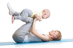 Junge Frau haben Spaß mit dem Baby, das Eignung tut stockbilder