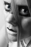 Junge Frau halb im Profil mit blauen Augen Stockbilder
