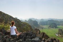 Junge Frau halten Ruhe und meditieren beim Üben von Yoga stockbilder