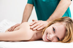 Junge Frau hat Behandlung der medizinischen Massage stockbild