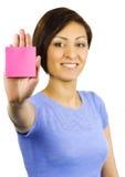Junge Frau hat eine klebrige Anmerkung, die auf ihrer Hand gehaftet wird. stockbilder