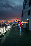 Junge Frau hat Spaß auf der Plattform Stockfoto