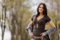 Junge Frau am Herbstwald Lizenzfreies Stockfoto