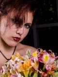 Junge Frau hinten mit Blumenstrauß Stockbilder